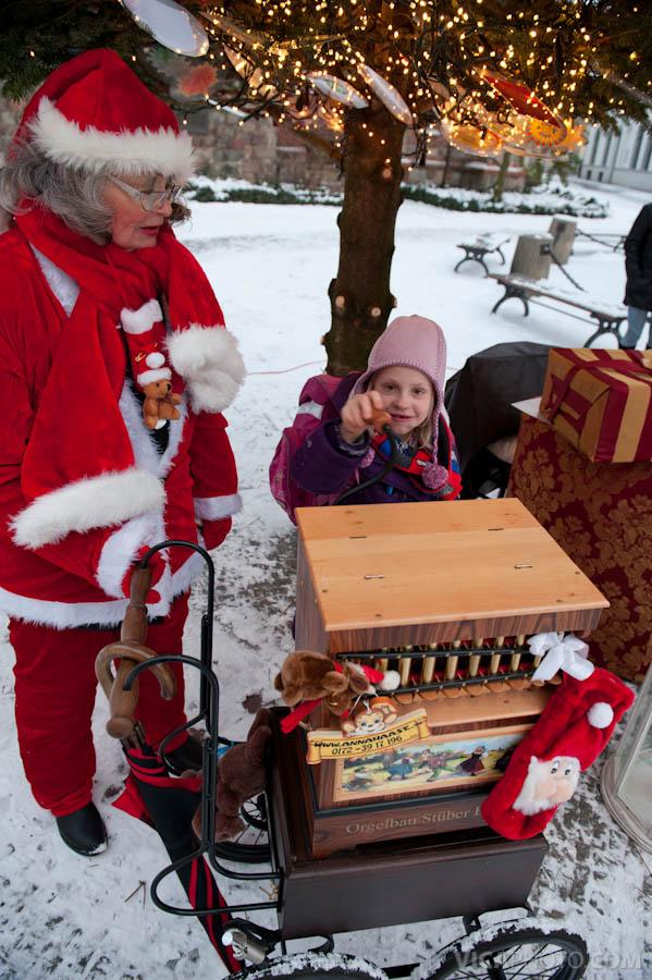 berlins sch nster weihnachtsbaum steht im nikolaiviertel. Black Bedroom Furniture Sets. Home Design Ideas