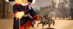"""© Dr. Ursula Fellberg: Der Bär """"Friedrich der Große – Der Alte Fritz"""" ist zum 300. Geburtstag des Preußenkönigs von Hermann Coburg geschaffen worden und gehört ebenso zur Sammlung Fellberg wie die Porzellanfiguren und die bronzene Reiterstatue."""